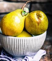 päron på rustik träbakgrund foto