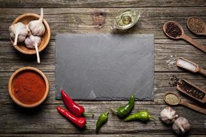 stenbräde med olika kryddor foto