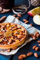 äppelterta på en sandbas, päronsylt och karamell foto