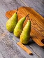 päron på träskärbräda foto