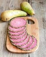 skivor av italiensk salami med päron foto