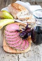 skivor av italiensk salami med päron och vin foto