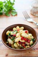 bönor med koriander och granatäpple foto