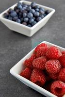 blåbär och hallon foto