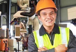 man fabriksingenjör eller arbetare med robot maskin foto