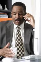 affärsman som använder mobiltelefon