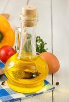 olja och matingredienser, krydda på trä foto