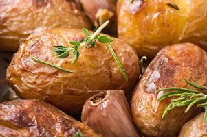 rostade potatis med vitlök foto