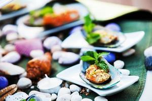 musslaost och vitlöksbröd foto