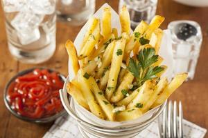 pommes frites med vitlök och persilja foto