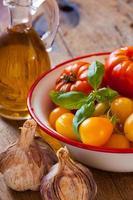 tomater, vitlök och olivolja foto