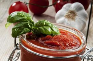sås tomat, basilika och vitlök foto