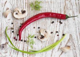 chilis, lök, svamp och vitlök foto