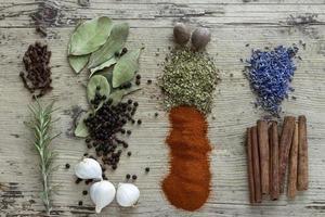 krydda på rustik träbakgrund foto