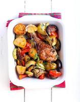bakade grönsaker och kycklingstrumpa foto