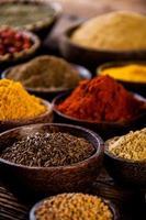 färgglada kryddor, orientaliskt tema foto