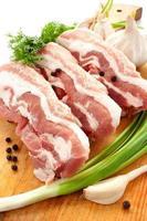 kött med gröna och kryddor foto