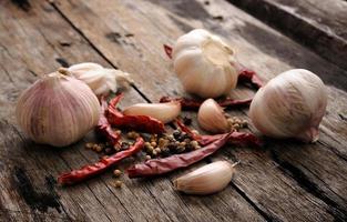 örter och kryddor på träbakgrund foto