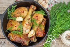 stekt kyckling med vitlök och dill foto