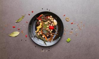 blandade kryddor och örter för matlagning.