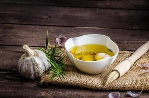 kryddad olivolja, vitlök och rosmarin foto