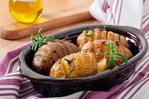 bakade potatis med rosmarin och vitlök foto