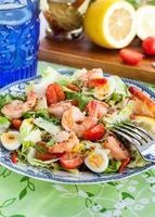 färska räkor, ägg och grönsaksallad foto