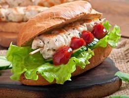 stor smörgås med kycklingkebab och sallad