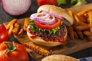 hemlagad hälsosam vegetarisk quinoaburger med sallad foto