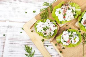 smörgåsar med keso, gräslök och sallad foto