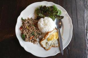 malet fläskbasilika och stekt ägg med vitt ris foto