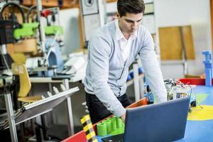 ingenjör i fabriken foto