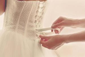 bröllop vit klänning med korsett gjord av chiffong och siden foto