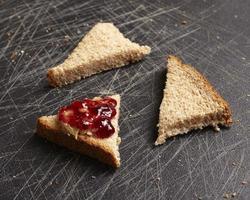 bröd med jordnötssmör och gelé foto