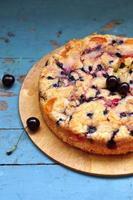 tårta med sommarfrukt, selektiv inriktning foto