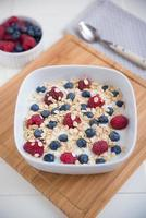 yoghurt med granola och bär foto