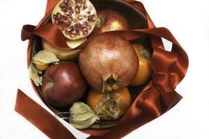 jul dekorativ skål med frukter foto