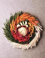 tallrik med grönsakssnack foto