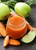 naturlig ekologisk färsk juice av morötter och grönt äpple foto