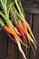 färska färgglada morötter foto