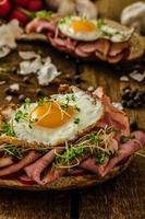 rökt skinkasmörgås, lantligt bröd foto