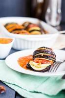 grönsaksrätt ratatouillesås i vit platta, vegansk