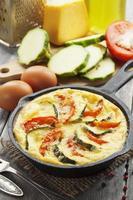 omelett med zucchini och tomater