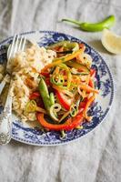 saute med ris och grönsaker på en ljus bakgrund foto