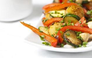 kokta grönsaker i en vit platta foto