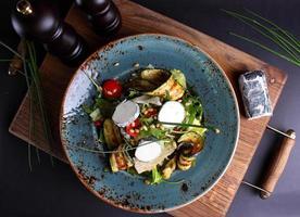 sallad med kött, ost och grönsaker foto