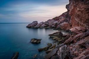 röda stenar kust foto