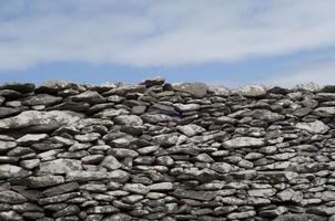 stenmur och himmel foto