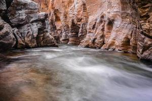 bäck som rinner över klipporna foto