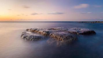 lång exponering vattenlandskap och sten foto